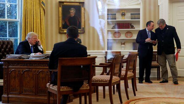Tổng thống Hoa Kỳ Trump chụp trong lúc trò chuyện với Thủ tướng Đức Angela Merkel - Sputnik Việt Nam