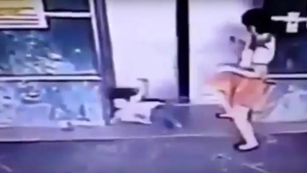 Mẹ Malaysia thông minh song phi gạt con gái ra khỏi cánh cửa thang máy - Sputnik Việt Nam