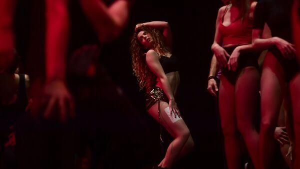 Танцовщица на кастинге швейцарского кабаре Ohlala в Мадриде - Sputnik Việt Nam