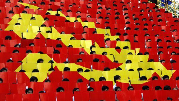 Sinh viên cầm những lá cờ nhỏ tạo thành cờ Đảng Cộng sản Việt Nam, thành phố Hồ Chí Minh - Sputnik Việt Nam