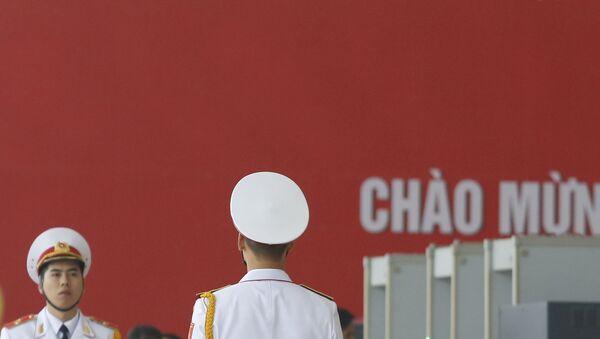 Quân nhân trên nền cờ Đảng Cộng sản Việt Nam - Sputnik Việt Nam