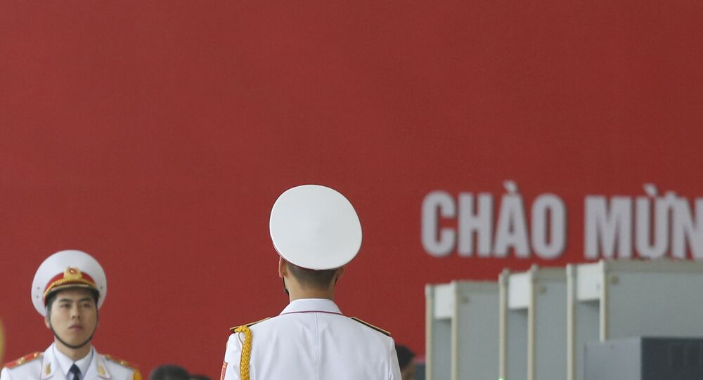 Quân nhân trên nền cờ Đảng Cộng sản Việt Nam