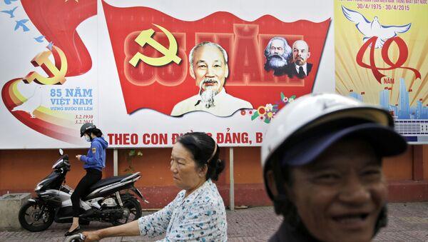 Khẩu hiệu Đảng Cộng sản Việt Nam trên đường phố thành phố Hồ Chí Minh  - Sputnik Việt Nam