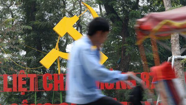 Người đi xe đạp trên đường phố Hà Nội, trước lễ kỷ niệm 87 năm Đảng cầm quyền của Việt Nam - Sputnik Việt Nam