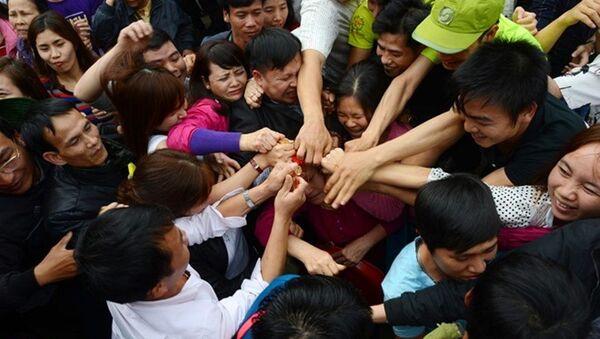 Người dân cướp lộc ở lễ hội chùa Hương - Sputnik Việt Nam