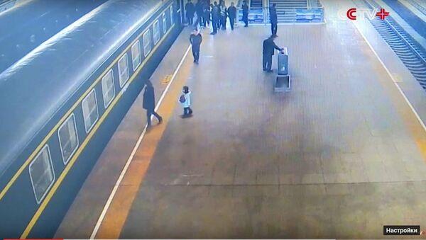 Một em bé ba tuổi ở Trung Quốc bị lọt vào khe hẹp giữa đoàn tàu và sân ga. - Sputnik Việt Nam