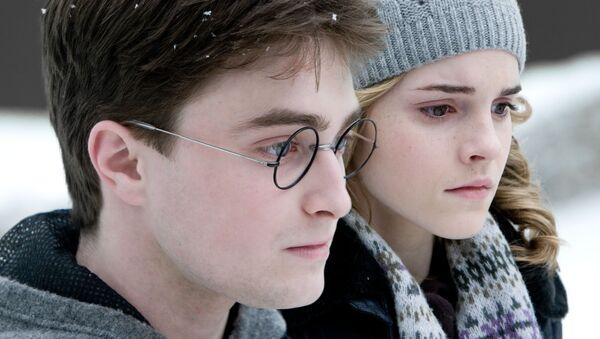 Daniel Radcliffe đóng vai Harry Potter và Emma Watson đóng vai Hermione Granger - Sputnik Việt Nam