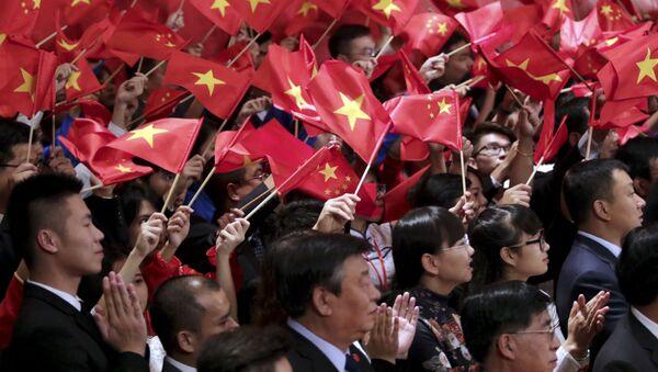 Люди приветствуют председателя КНР Си Цзиньпина и генерального секретаря коммунистической партии Вьетнама Нгуен Фу Чонга на встрече в Ханое - Sputnik Việt Nam