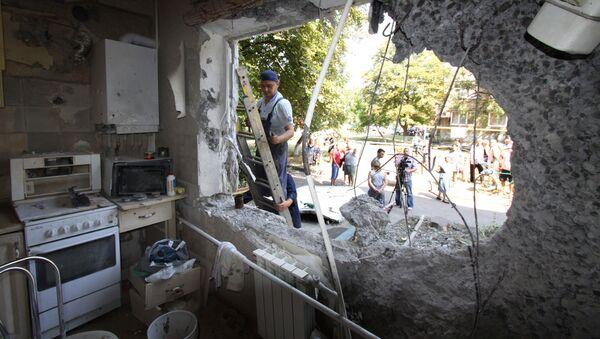 Một trong những căn hộ bị phá hủy trong tòa nhà năm tầng ở Yasinovataya ở Donbass, bị quân đội Ukraine bắn trúng  trong đợt pháo kích vào thành phố - Sputnik Việt Nam