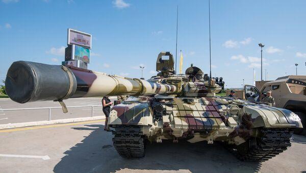 Xe tăng T-72 cải tiến được trưng bày tại Triển lãm Công nghiệp Quốc phòng Azerbaijan ADEX 2016 ở Baku - Sputnik Việt Nam