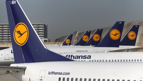 FILES - Aircrafts of German airline Lufthansa stand in park position at the airport in Frankfurt am Main, western Germany. - Sputnik Việt Nam