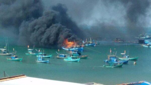 Cảnh tàu câu mực đột nhiên bốc cháy - Sputnik Việt Nam