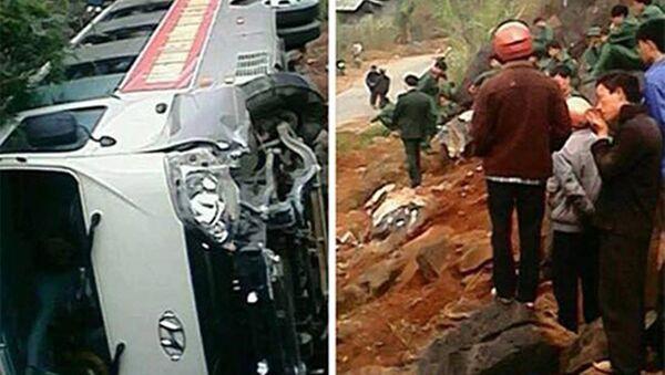 Chiếc xe lật nhào, khiến hàng chục tân binh hốt hoảng. - Sputnik Việt Nam