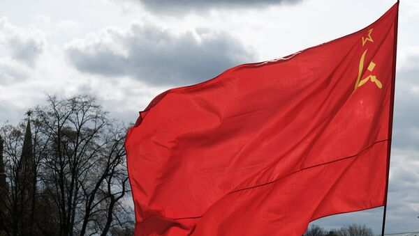 A man with a flag of the Union of Soviet Socialist Republics on Manezhnaya Square in Moscow. - Sputnik Việt Nam