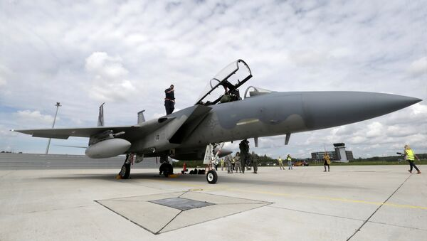 A specialist inspects a U.S Air Force F-15 Eagle fighter after a certification of the arresting gear in the military air base in Lielvarde, Latvia, May 19, 2016. - Sputnik Việt Nam