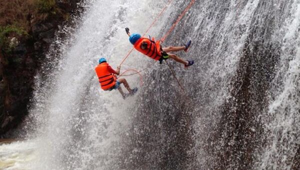 Trò chơi mạo hiểm đu dây vượt thác Datanla Đà Lạt - Sputnik Việt Nam