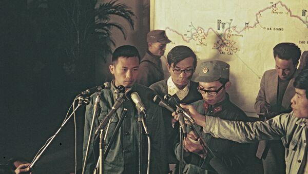 Cuộc họp báo tại Hà Nội sau chiến thắng của Việt Nam trong một cuộc xung đột vũ trang với Trung Quốc. Tù binh Li Fu, lính Đại đội 7 Tiểu đoàn 3 Trung đoàn Tăng trả lời câu hỏi của các phóng viên. - Sputnik Việt Nam