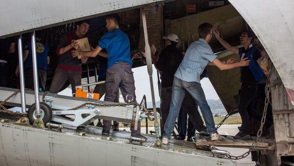Các quân nhân Nga phát viện trợ nhân đạo cho cư dân Latakia của Syria - Sputnik Việt Nam