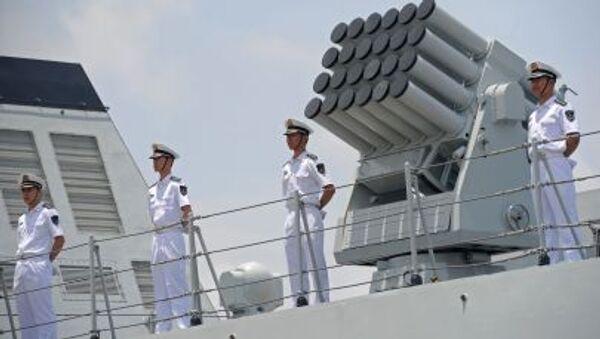 Thành viên thủy thủ đoàn Hạm đội Hải quân Trung Quốc đứng trên boong tàu Hải quân Trung Quốc Wei Fang - Sputnik Việt Nam