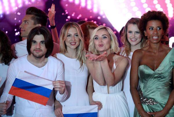 Ca sĩ Nga Polina Gagarina (thứ hai từ phải sang) sau tiết mục trong vòng bán kết Eurovision- 2015, Vienna. - Sputnik Việt Nam