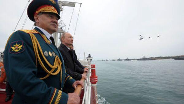 Bộ trưởng Quốc phòng Sergei Shoigu và  Tổng thống Nga Vladimir Putin trong cuộc diễu hành quân sự kỉ niệm Chiến thắng trong cuộc Chiến tranh Vệ quốc Vĩ đại lần thứ 69 và kỷ niệm lần thứ 70 ngày giải phóng Sevastopol - Sputnik Việt Nam