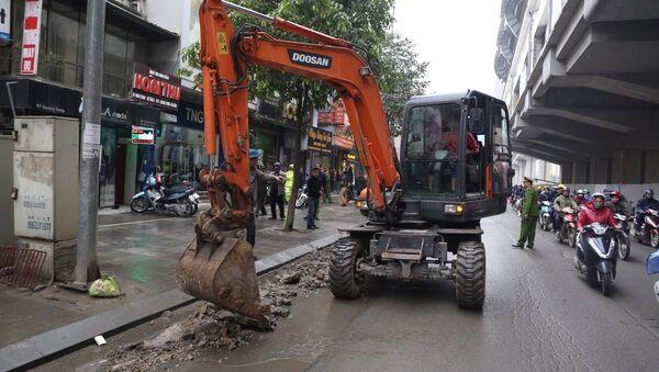 Trên một số tuyến phố của quận Hà Đông, máy xúc xuống đường tham gia dọn dẹp vỉa hè. - Sputnik Việt Nam