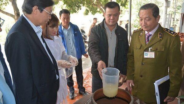 Cơ quan chức năng vừa phát hiện 200 lít rượu không nhãn mác tại quận Bắc Từ Liêm, Hà Nội - Sputnik Việt Nam