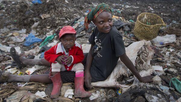 Женщина с ребенком собирают мусор на свалке в Найроби, Кения - Sputnik Việt Nam