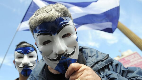 Pro-Scottish Independence supporters with Scottish Saltire flag masks pose for a picture at a rally in George Square in Glasgow, Scotland on July 30, 2016 to call for Scottish independence from the UK. - Sputnik Việt Nam