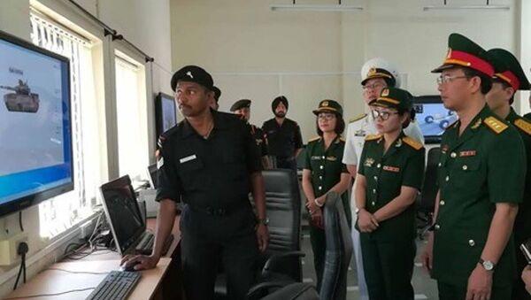 Đoàn sĩ quan trẻ QĐND Việt Nam theo dõi giáo viên nhà trường chạy phần mềm mô phỏng hoạt động của xe tăng nhìn từ vệ tinh - Sputnik Việt Nam