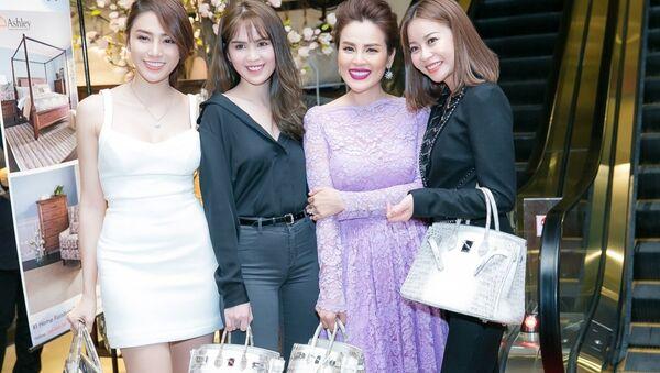 Tại một sự kiện mới đây, Á hậu Phương Lê mang một chiếc túi 'đụng hàng' với Ngọc Trinh và bị cho là hàng fake. - Sputnik Việt Nam