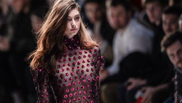 Người mẫu trong lễ giới thiệu Mercedes-Benz Fashion Week Russia tại Matxcơva - Sputnik Việt Nam