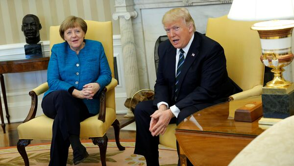 U.S. President Donald Trump and Germany's Chancellor Angela Merkel watch as reporters enter the room before their meeting in the Oval Office at the White House in Washington, U.S. March 17, 2017 - Sputnik Việt Nam
