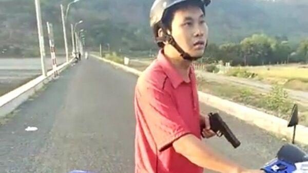 Ông Mai Thanh Tuấn dùng một vật giống khẩu súng đe dọa người dân - Sputnik Việt Nam