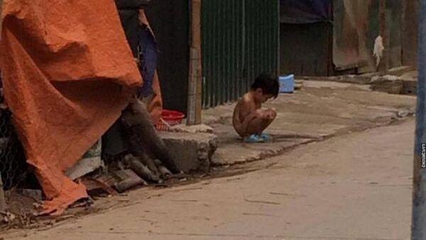 Bé gái 3 tuổi bị mẹ ruột lột đồ bắt đứng ngoài trời mưa rét - Sputnik Việt Nam