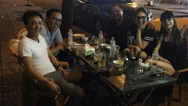 Cường Đô La - Hồ Ngọc Hà vui vẻ đi ăn uống cùng bạn bè. - Sputnik Việt Nam
