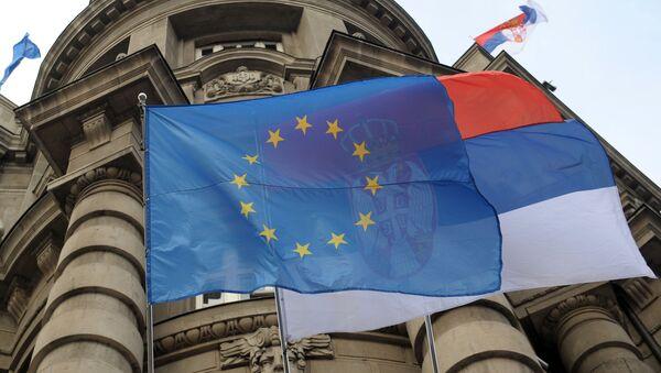 cờ EU và Serbia - Sputnik Việt Nam