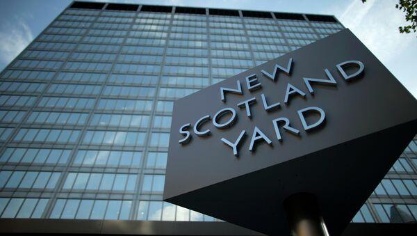 A sign rotates outside New Scotland Yard - Sputnik Việt Nam