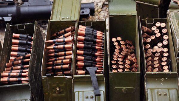 Оружие и боеприпасы, обнаруженные сотрудниками правоохранительных органов самопровозглашенной ЛНР - Sputnik Việt Nam