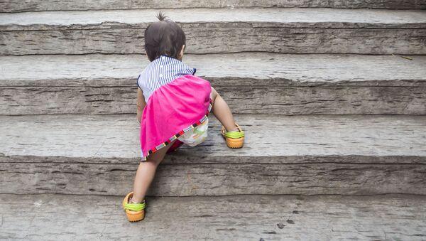 Маленькая девочка на лестнице - Sputnik Việt Nam