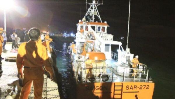 21h ngày 28/3, tàu SAR-272 đã đưa 2 thuyền viên được cứu sống vào bờ an toàn - Sputnik Việt Nam