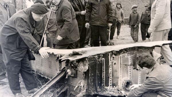Các chuyên gia Liên Xô xem xét xác chiếc máy bay ném bom B-52 bị bắn rơi ở Hà Nội tháng 12 năm 1972. - Sputnik Việt Nam