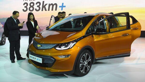 Nhóm người mẫu trình diễn Chevrolet bolt EV trong chương trình giới thiệu tại Seoul Motor Show - Sputnik Việt Nam