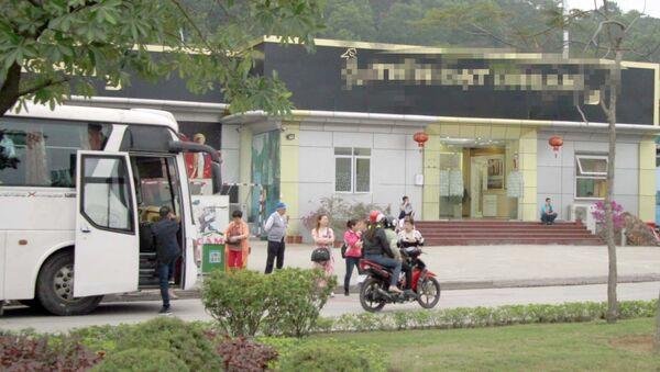 Một điểm bán hàng chuyên phục vụ khách Trung Quốc tại phường Hà Khẩu, TP Hạ Long - Sputnik Việt Nam