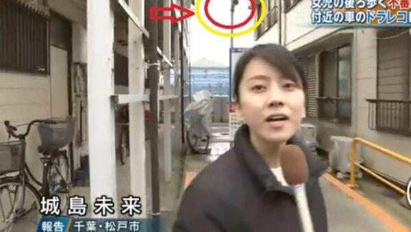Phóng viên của kênh TBS đưa tin (về vụ điều tra liên quan đến việc bé gái người Việt Nam Lê Thị Nhật Linh) vào tối ngày 1/4/2017. - Sputnik Việt Nam