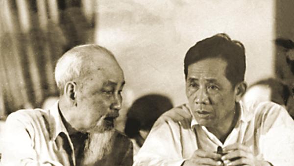 Đồng chí Lê Duẩn báo cáo với Chủ tịch Hồ Chí Minh về tình hình cách mạng miền Nam (1957) - Sputnik Việt Nam