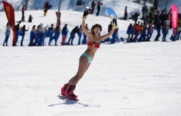 Nữ thành viên trong lễ hội trượt tuyết Carnaval BoogelWoogel tại khu nghỉ mát trượt tuyết Rosa Khutor ở Sochi - Sputnik Việt Nam
