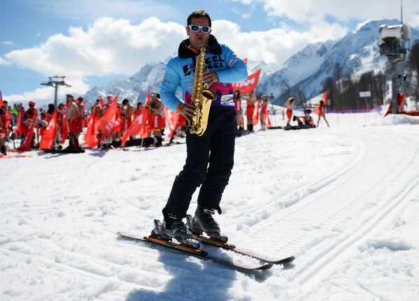 Thành viên tham gia lễ hội trượt tuyết Carnaval BoogelWoogel tại khu nghỉ mát trượt tuyết Rosa Khutor ở Sochi - Sputnik Việt Nam