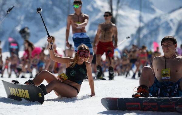 Những người tham gia lễ hội trượt tuyết Carnaval BoogelWoogel tại khu nghỉ mát trượt tuyết Rosa Khutor ở Sochi - Sputnik Việt Nam