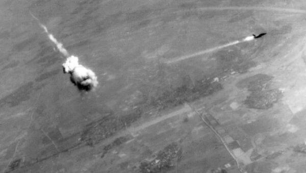 Máy bay ném bom của Không quân Mỹ F-105 Tanderchif bị tên lửa phòng không S-75 của Việt Nam bắn hạ - Sputnik Việt Nam